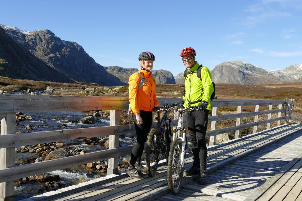 Høstglade syklister ved Lysebotn
