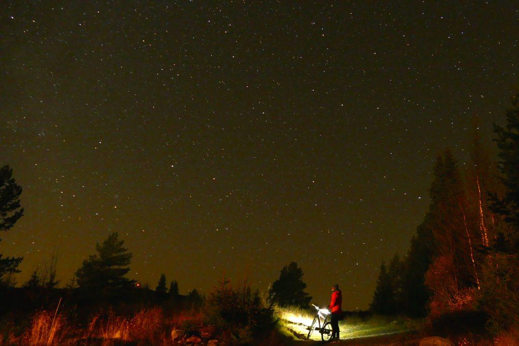 Sykkel under stjerner og Melkeveien, selvsagt på #mjølkevegen