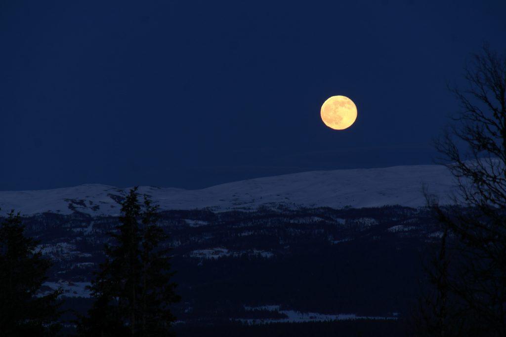 April månen står opp over Golsfjellet